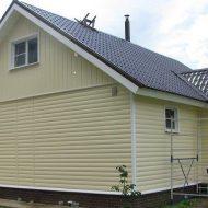 Фото дома с фасадом из сайдинга под бревно