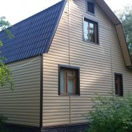 Бежевый Блок-Хаус, коричневые окна